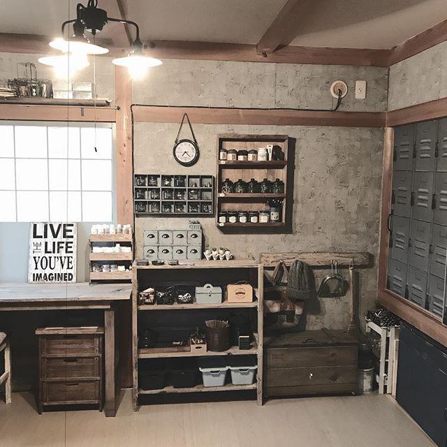 壁面にスリムな家具を貼り付けた3畳の書斎