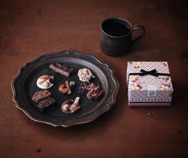 アンティーク感のある食器と組み合わせる