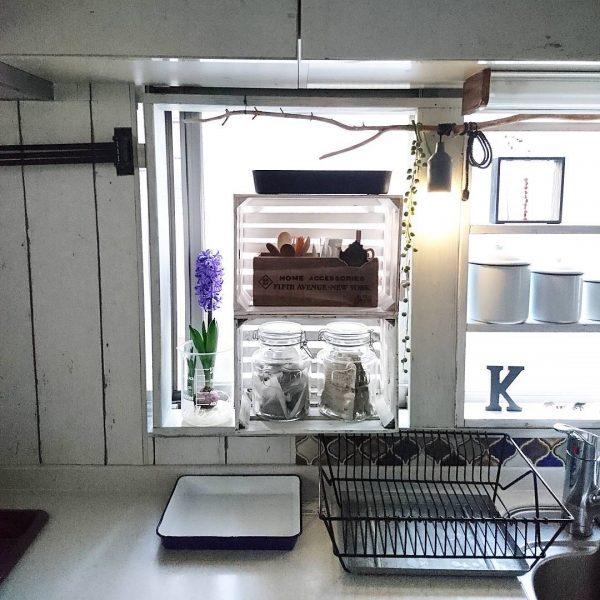 窓スペースを有効活用したキッチン収納