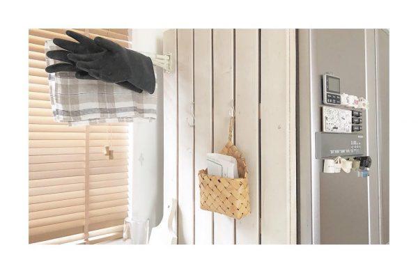 冷蔵庫横の吊るし収納が便利