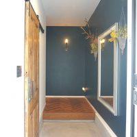 玄関インテリアはシンプルにまとめるのが◎。狭い空間でもお洒落なおもてなしを
