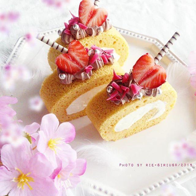 スティック菓子をつけた大豆粉のロールケーキ