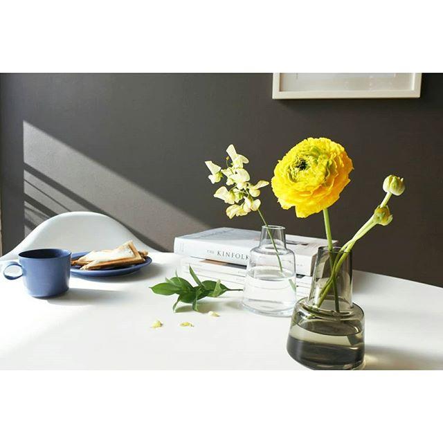 シックなコーデに花をプラス