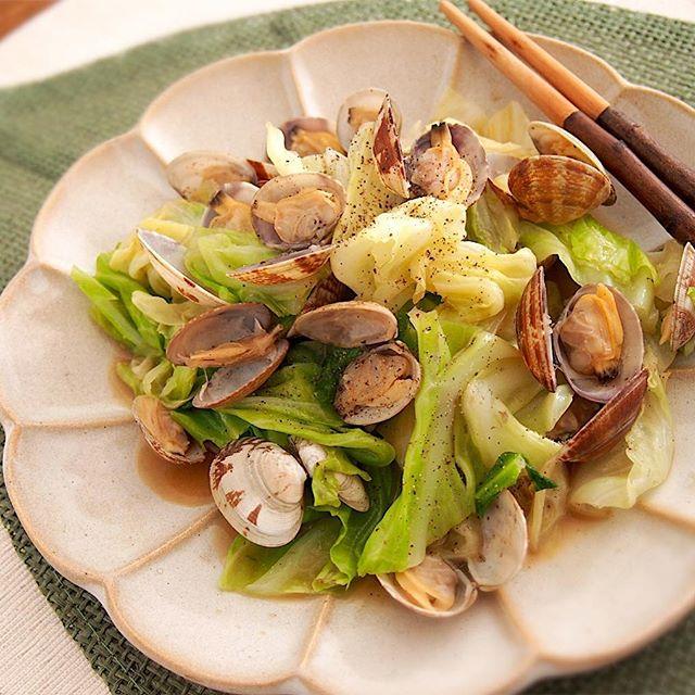 貝の風味が美味しい♪アサリとキャベツの酒蒸し