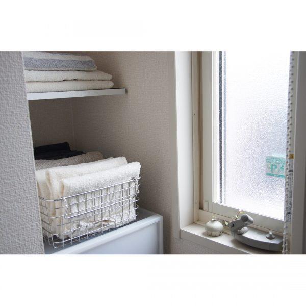 洗面所のワイヤーバスケットタオル収納