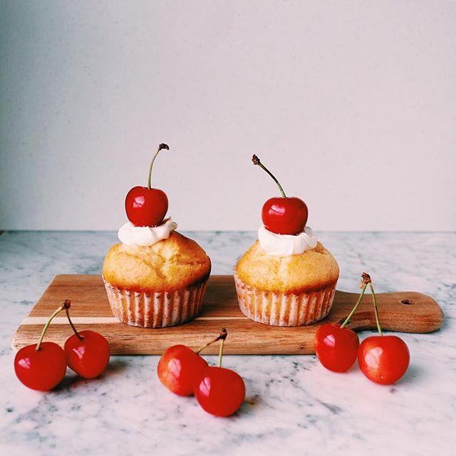 シンプルなチェリーデコレーションカップケーキ