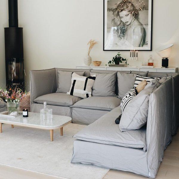 丸みのあるテーブル×直線的なソファが好バランス