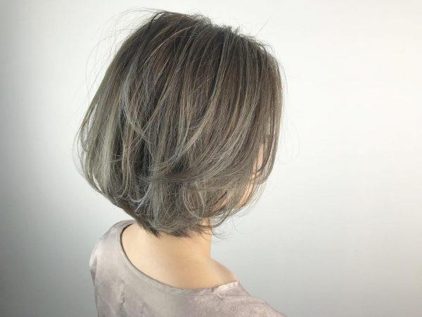 クールなシルバーアッシュの髪色