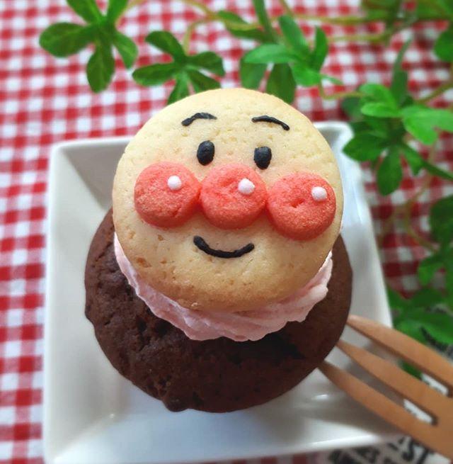 キャラクタークッキーで飾ったカップケーキ