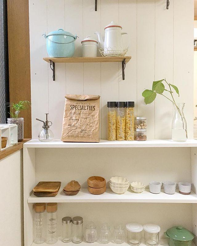 薄型のカラーボックスで見せる食器棚