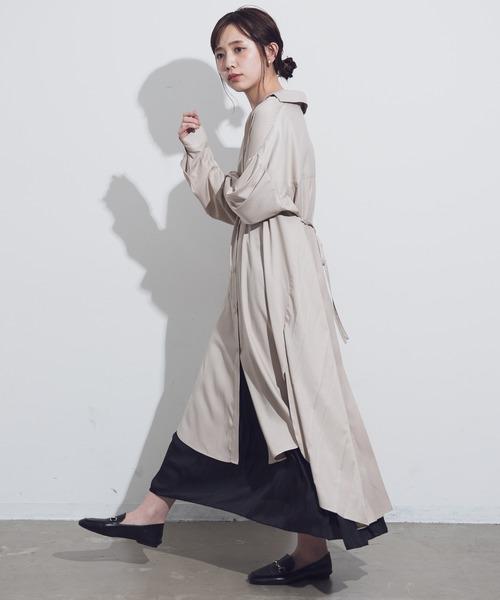 ベージュシャツワンピ×黒スカート