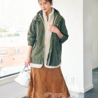 マウンテンパーカーのきれいめコーデ【2021】大人女性の人気色の着こなしてテク