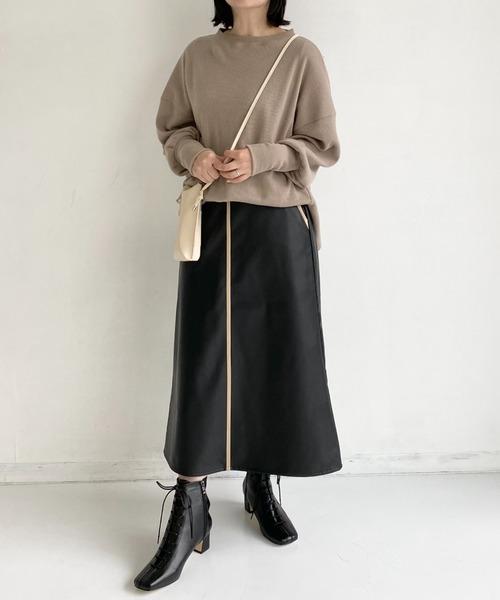 スウェット×フェイクレザースカート