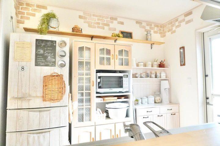 飾り棚を使った食器棚上の収納アイデア