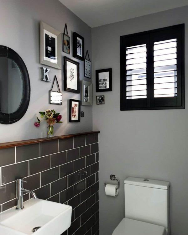 トイレの壁が小さなギャラリースペースに