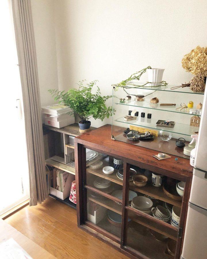 リッチ感のある食器棚上の収納アイデア