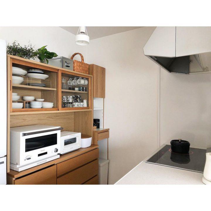 トタンボックスがクールな食器棚上の収納アイデア