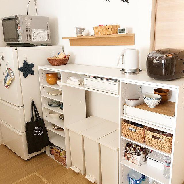 カウンター付きのカラーボックス食器棚