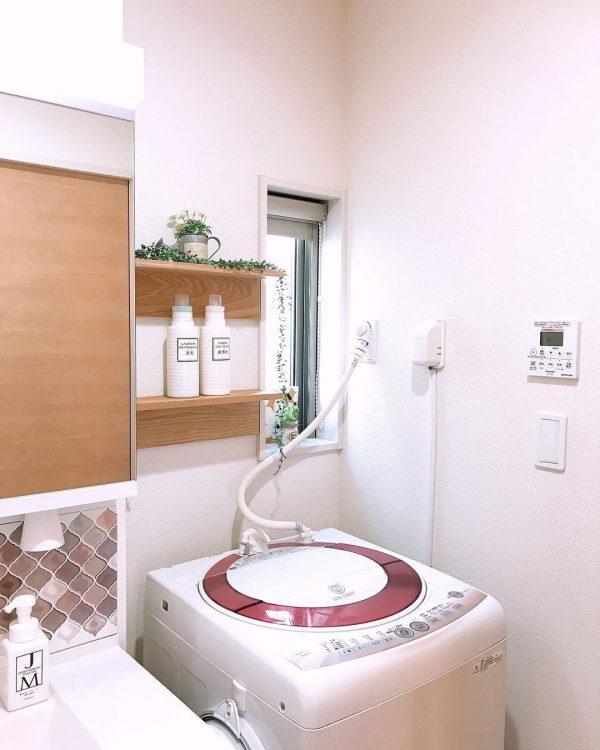 シンプルな棚を使った洗濯機上の収納