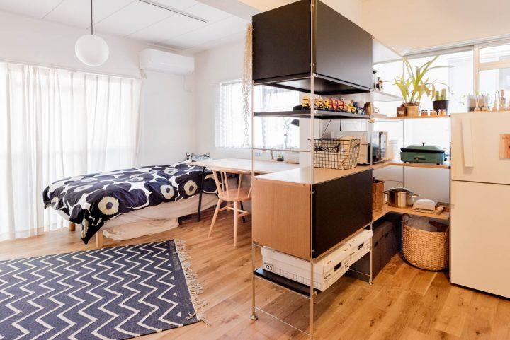 大きなデスクと、空間を仕切って繋ぐ棚。巧みな家具配置で使いこなすワンルーム2