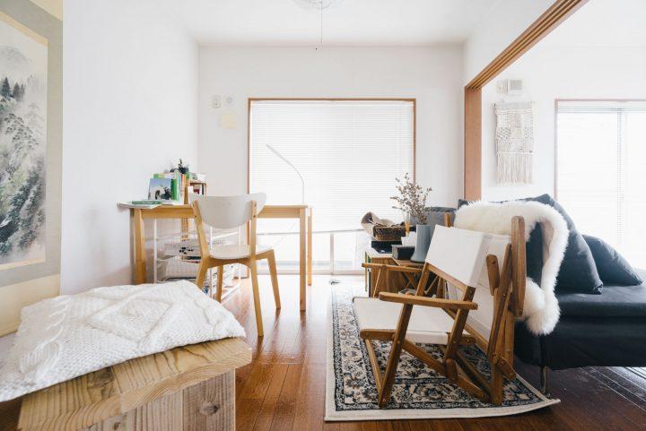 椅子が印象的な狭いマンションのインテリア