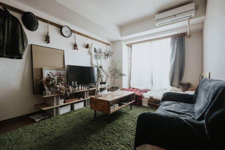 ワンルームのソファ向かいの掛け時計