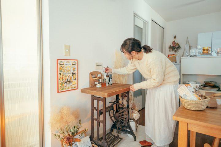 ディスプレイとは対面にある古いミシン台テーブル