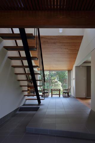 土間と階段がおしゃれな和モダン玄関