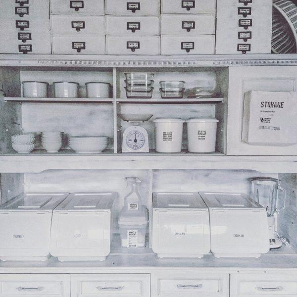 重ね使いで統一感のある食器棚上の収納アイデア
