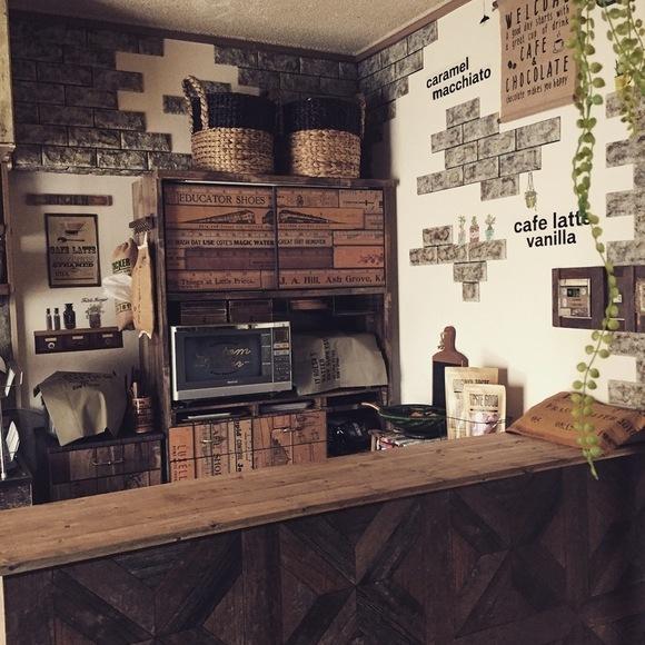 インテリアに馴染む食器棚上の収納アイデア
