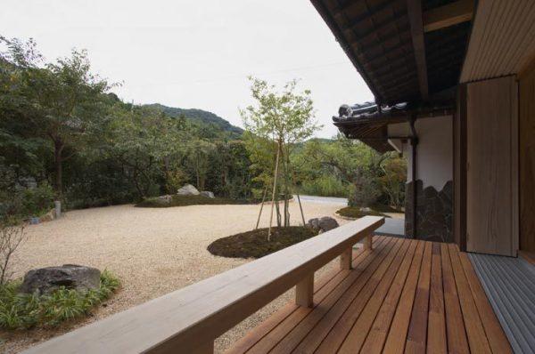 砂利を主役にした和風の庭