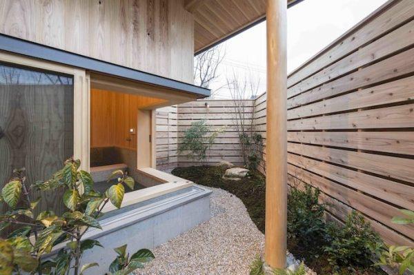 ウッドフェンスのプライベートな和風の庭
