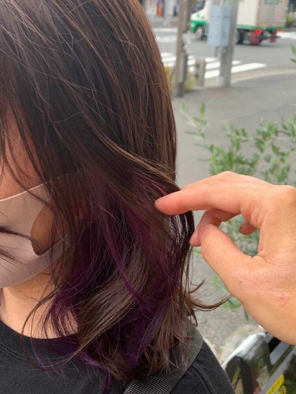 イヤリングのような紫のインナーカラー