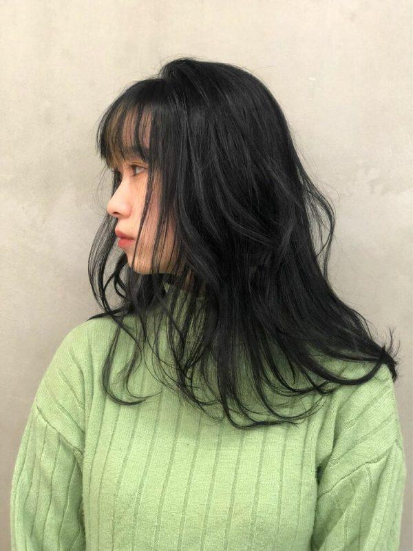 人気のインナーカラー入りミディアムの髪型