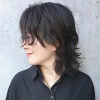 大人女子の黒髪ウルフカット特集。短め〜長めまで、こなれ感を出すおしゃれスタイル