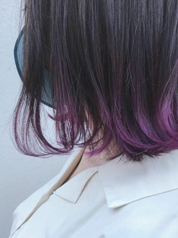 ボブヘアの毛先に紫のインナーカラー