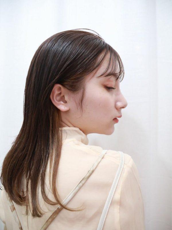 インナーカラーが魅力的なミディアムの髪型