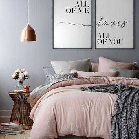 スモーキーなモノトーン×ピンクの寝室