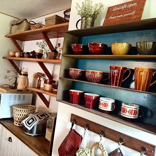 オープン棚の食器ディスプレイアイデア