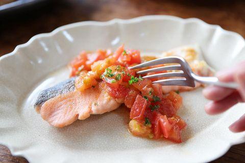 人気メニュー!鮭のトマトムニエル
