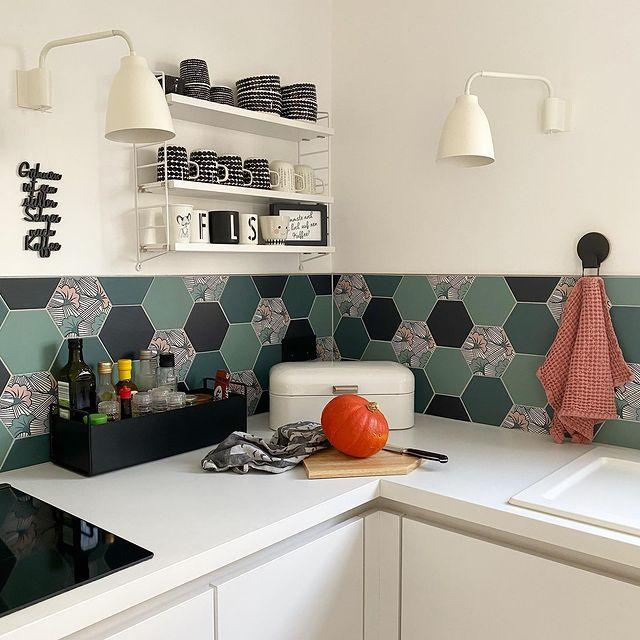 すっきり馴染むキッチンの見せる収納
