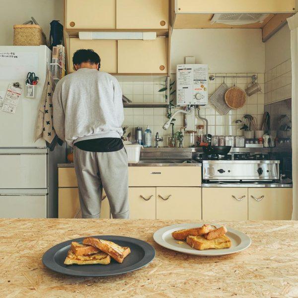 団地ならではのレトロさが残るキッチンとの組み合わせもいい感じ。