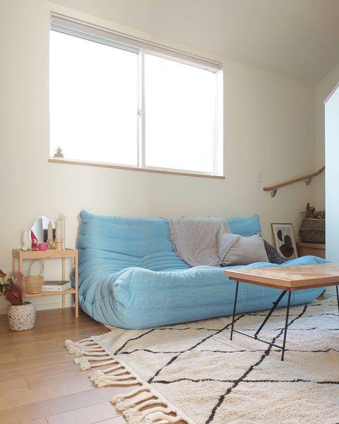 水色のソファを置いた北欧インテリア