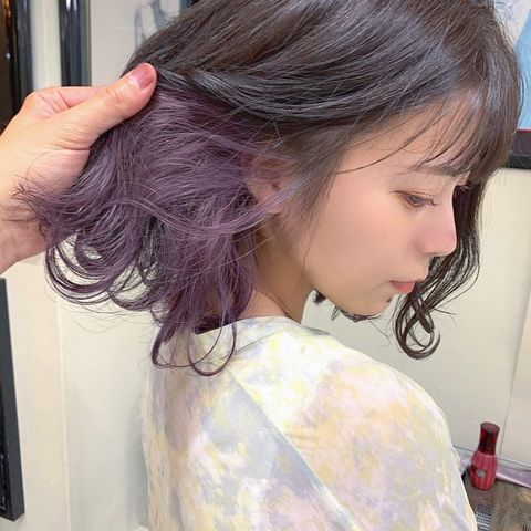透き通るような色合いの紫のインナーカラー