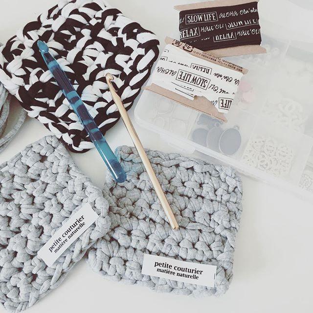毛糸で作るモノトーンコースター