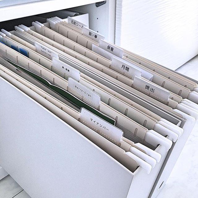 無印のフォルダーでデスクの書類を収納
