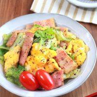 朝食にぴったり簡単レシピ!レタスとベーコン卵のゆかり炒め