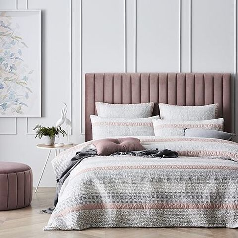 白×ピンク×グレーの寝室