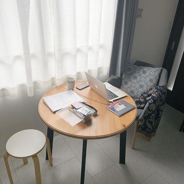 窓辺のテーブルコーナー