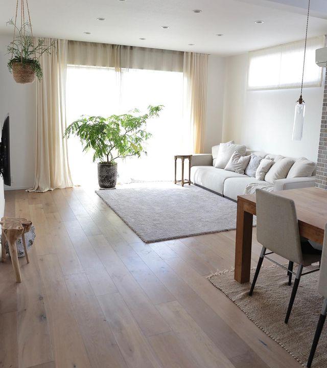 明るい色の家具や小物を選ぶ